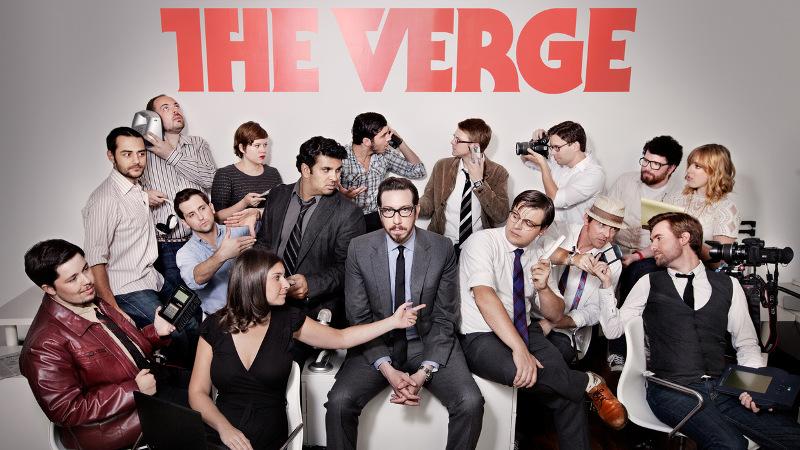توپولسکی در مرکز تصویر قرار دارد و مردی که سمت چپ اوست نیلی پتل است. شخصی که در حال حاضر سردبیر The Verge است.