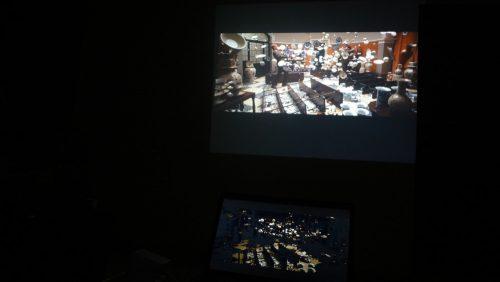 گرافیون خیره مانده به فیلم اطلس ابر در حال اکران در دفتر گراف. یکی از جذابترین فیلمهای برادران واچوفسکی!